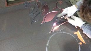 デザインに合わせて鉄板をカット。