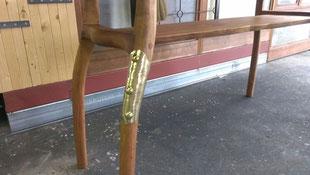 折れた脚の真鍮板で補強です。