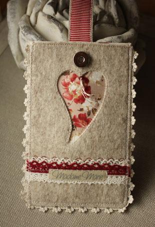Madame Marie, Aus meinem Atelier, Handytäschli, Filz, mit Herz, beige-rot