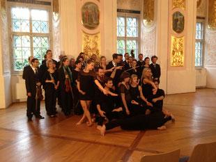 Sommerrefektorium Stift Lambach: Die Klangvereinigung Wien, im Vordergrund die Tänzerinnen und Tänzer der Cie.Off.Verticality (IDA, Bruckneruni Linz), Foto: privat