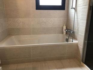 Baignoire d'une salle de bains réalisée par La Plomberie Française à rennes et sa périphérie (Le Rheu, Mordelles, Bruz)