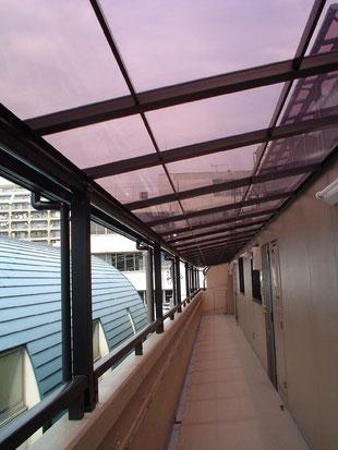 ポリカーボネイド屋根 アルミトップレール 内壁付手摺