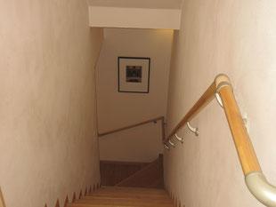 無垢のタモの階段。漆喰の塗り壁