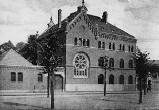 The main entrance to the Jewish cemetery on Schönhauser Allee before World War Two