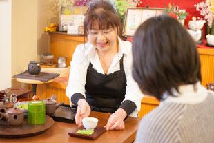八女美緑園製茶店内での接客風景
