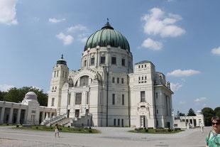 Die Friedhofskirche mit dem kupfernen Dom im Herzen des Zentralfriedhofs von Wien.