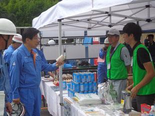 平成29年度静岡県・南駿地域総合防災訓練にて川勝知事が当協会ブースに立ち寄られました