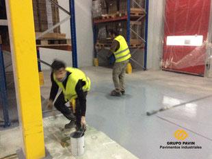 Recorte y entregas de la resina en el pavimento