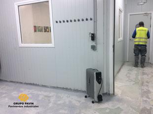 Control de accesos y medias cañas sanitarias en el suelo de resina alimentario