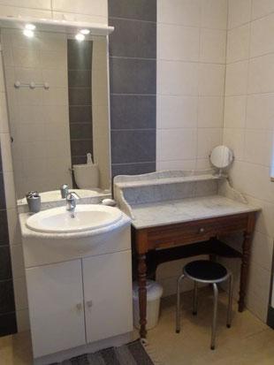 salle d'eau avec lavabo et rangements...
