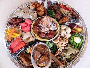 毎年お正月に10セット限定販売。中華料理のお惣菜を中心に約30種類の中華料理のお惣菜を手作りしいます。