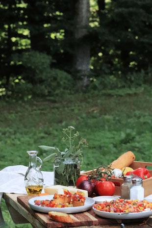 Essen in der Natur auf einem Tisch