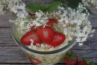 Holunderblütenessig mit Erdbeeren