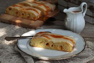 Marillenblechkuchen mit Sauerrahmcreme und Marillensauße