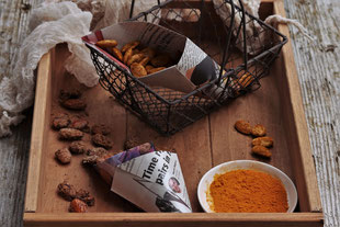 gebrannte Mandeln aus dem Backofen mit Zucker und Curcuma