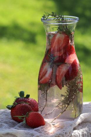 Wasser mit Erdbeeren und Thymian