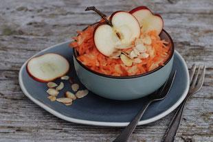 Karotten-Apfel-Salat in einer Schale