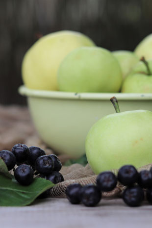 Aroniabeeren und Äpfel