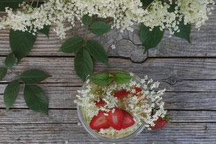 Holundeblütenessig mit Erdbeeren