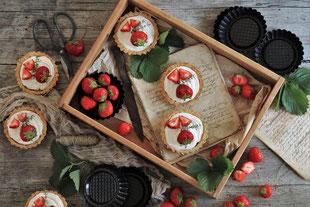 Erdbeertörtchen auf einem Tablett