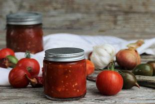Tomatensalsa mit Gemüse auf einem Tisch