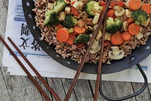 asiatischer Dinkelreis mit Gemüse und Tofu