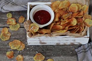 selbstgemachte Kartoffelchips aus dem Backofen