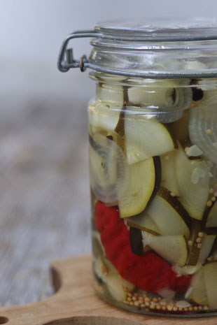 eingelegter Zucchini mit Pfefferoni