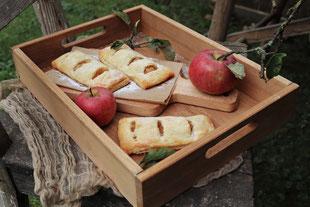Apfeltaschen mit Äpfel auf einem Stuhl