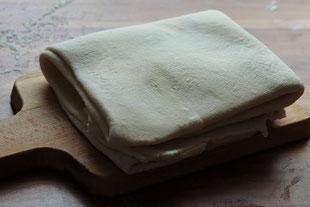 Blätterteig selber gemacht auf einem Brett