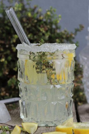 Wodka Wellness mit Zitronen in einem Glas
