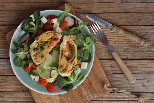 Gemüsestrudel auf Salatbett