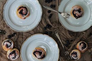Heidelbeerschnecken auf weißen Tellern