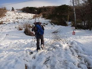 雪がどんどん溶けていく2合目をゆくN村さん