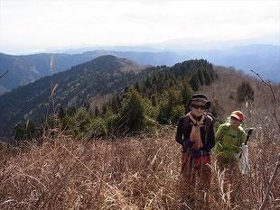 武奈ケ嶽への登りで赤岩山をバックに