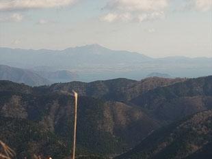 琵琶湖と竹生島、遠くに伊吹山