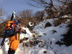 3合目を目指して登山道をゆく(N村さん提供写真)