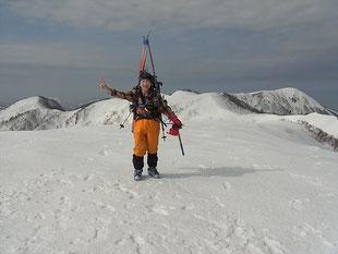越前甲山頂で加賀大日山をバックに