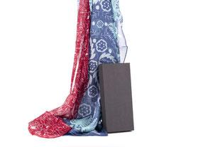 Oeuvres d'artistes transposées sur des foulards, écharpes, châles et autres accessoires.