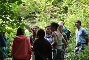Eine Gruppe Erwachsener diskutiert im Wald