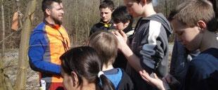 Kinder mit Förster im Wald