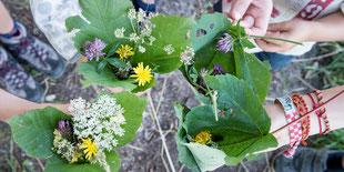Blätterschalen mit Blüten