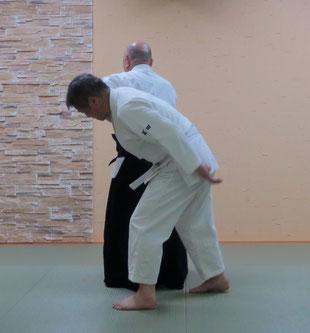 ⑥踏み替えて後ろ回転で受けの脇に取りの魄氣が結ぶ。反復入身転換で振り向くと二教裏