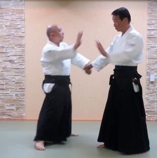 ②左足を左外側に置き換え右手を振り込み突き