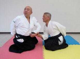 2)の⑴片手取り坐技入身運動目付は剣線を外し側頸を開いて