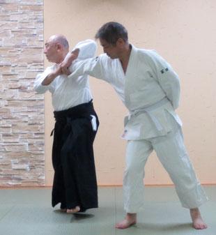 ⑤前方の左足から内股に踏み替え・右手は脇を閉じつつ受けの小指球を四方投げの持ち方で二教に取る