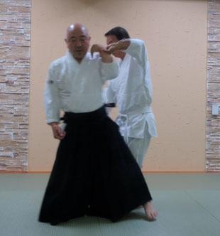 ④脇を開けつつ同側の足腰を相半身外入り身転換へ・受けは対側の手で同名側の取りの手を取ろうとする。