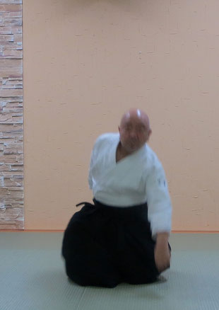 ⑵の①陰の陰で丹田の延長の地に結ぶ・同側の膝も着けるが対側は固めに移行する以外は残sんで立ち上がるときの軸足とする