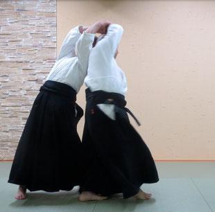 ④額に結んだ二教の手(陰の陰の魂氣)のまま前方回転:体軸に連なる結びがなければ回転は不可能