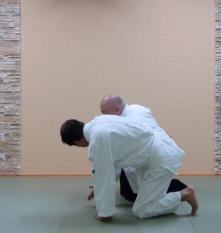 ⑦同側の膝と共に地に結ぶ 呼吸投げに至らない場合も留まらず、詳説は「相対基本動作4」を参照